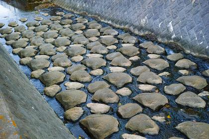 河床に設置された自然石風の床止め
