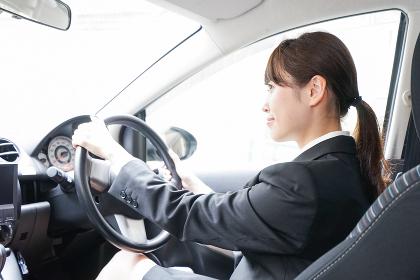車で外回り営業をする女性
