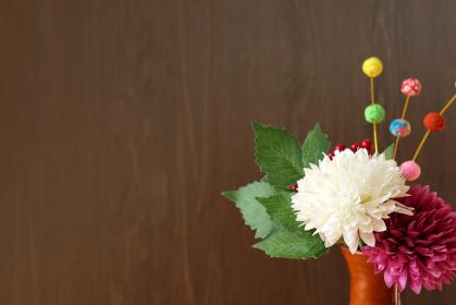 正月イメージ ちりめんで作った餅花と菊の造花 13