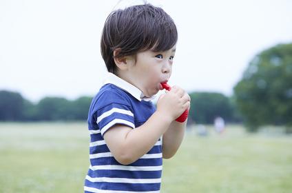 風船を膨らます日本人の男の子