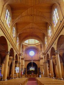 チリ・チロエ島にある木造建築教会の天井内部の様子