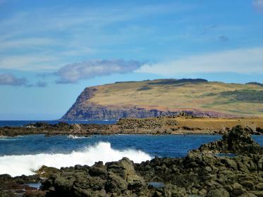 絶海の中の火山島チリ・イースター島の海岸線と大地