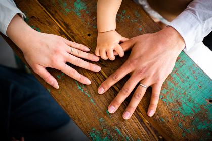 赤ちゃんとお父さんとお母さんの手