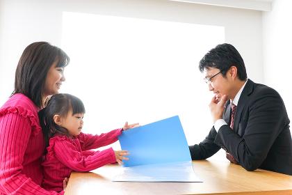 営業の男性と家族