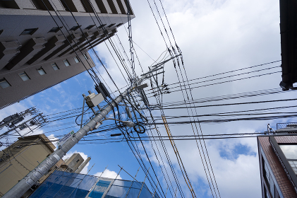 建物と電柱