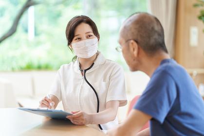 介護施設で高齢者の体調管理をする看護師