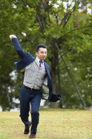 ボールを投げるビジネスマン