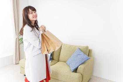 ショッピングから帰ってきた女性