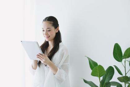 iPadを使う女性