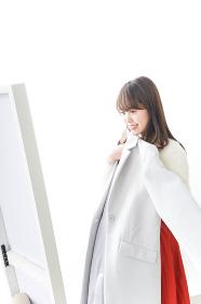 服を試着する女性