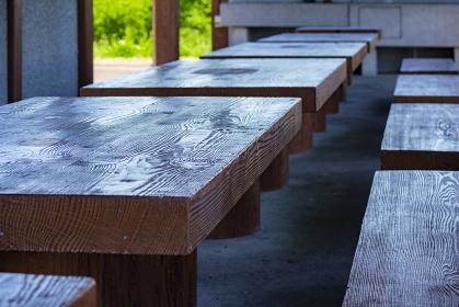 キャンプ場の木製テーブルと椅子 5418