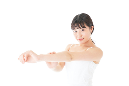 乾燥肌の対策をする若い女性