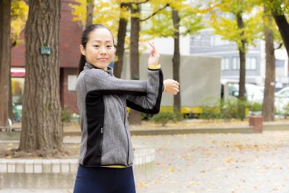 【東京】公園でストレッチする女性【2020】