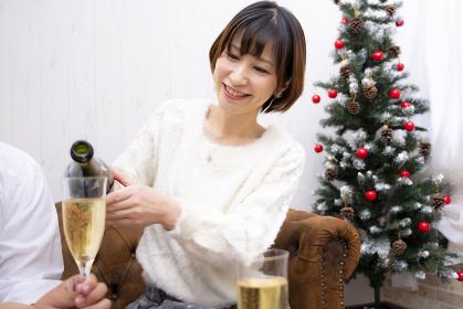 【東京都】シャンパンを注ぐする女性【2020】