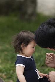 娘と話をする父親