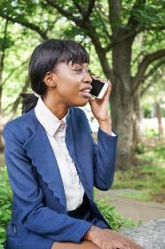 スマホで通話する黒人女性