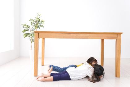 地震で避難する子どもたち