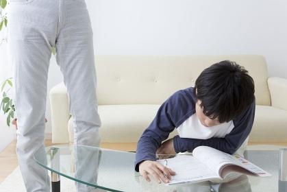 勉強する息子と教える父