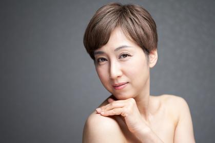肌の潤いを感じる中年の日本人女性