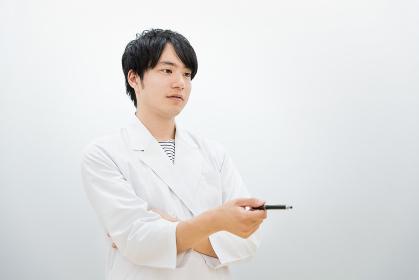 指摘をする白衣の男性(医者・研究者・学者)