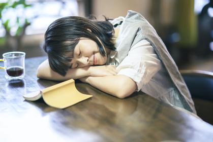 うたた寝する若い女性
