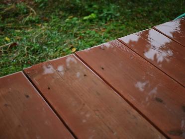 斜めの濡れたウッドデッキ