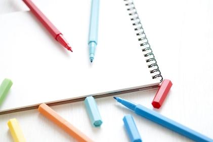 カラーペンとスケッチブック