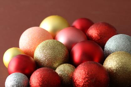 カラフルなボールを積み上げたクリスマスのイメージ