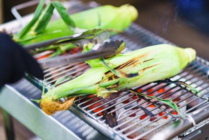 BBQコンロでトウモロコシを焼く【アウトドアイメージ】