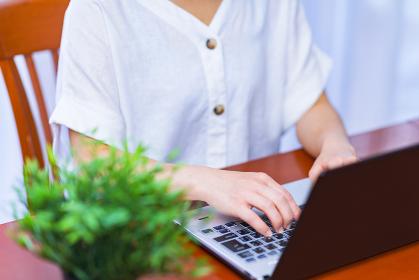 レンタルオフィスでリモートワークに励む中年女性【ウィズコロナのニューノーマル】