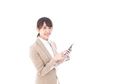 スマホアプリを使う若いビジネスウーマン