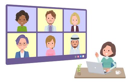 複数人でオンライン会議をしているチュニック中年女性のセット。奥行きアングル