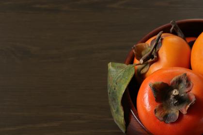 木製の深皿に盛られた柿 6