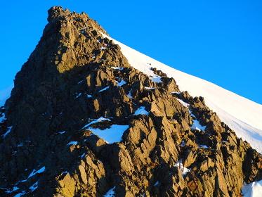 奥穂高岳の頂上方面を見る。今日もいい天気だ