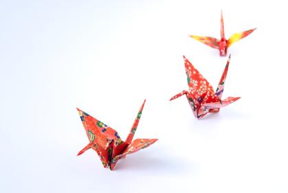 カラフルな千代紙で折り鶴 3羽