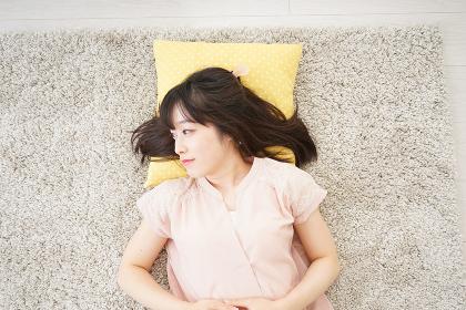 自宅で寝る若い女性