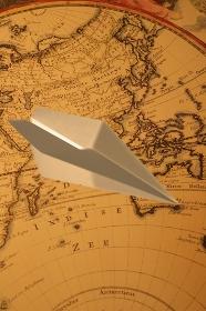 紙飛行機と世界地図の合成