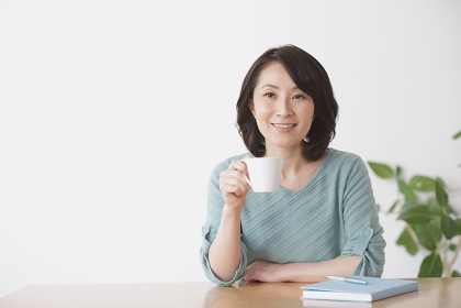 カップを持つ40代日本人女性