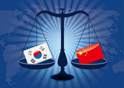 天秤と国旗 中国と韓国の国旗 国家対立国家紛争 国際司法 貿易のイメージイラスト世界地図と集中線背景