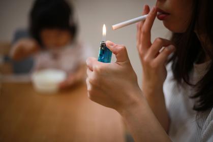 子供の近くで喫煙する母親
