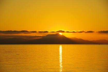 有明海と日の出の瞬間の光景