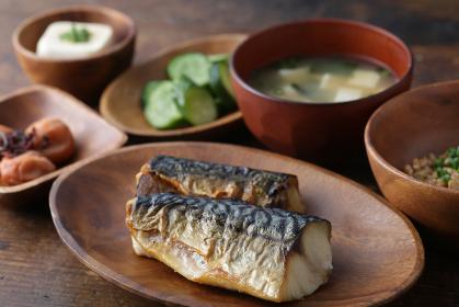 焼き鯖定食とヘルシーな和食