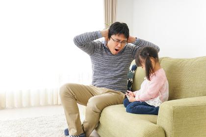 子育てのストレスを感じるお父さん
