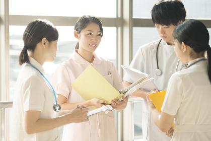 打合せをする看護師