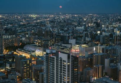 札幌JRタワー展望室からの夜景と満月