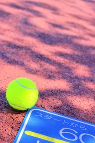 テニスボールとウォーキングロード