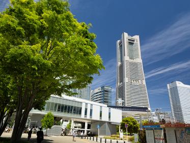 桜木町駅前広場と横浜ランドマークタワー 神奈川県横浜市