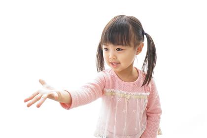つるの折り紙を持つ子ども