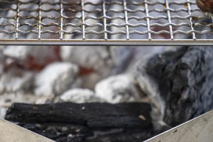 炭火焼バーベキューグリルと金網の画像