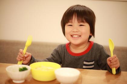 食事する男の子